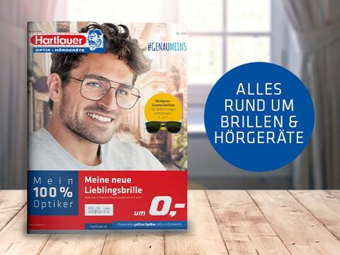 das Hartlauer Mai Flugblatt zum Thema Brillen und Hörgeräte auf braunem Holz vor verschwommenen Hintergrund