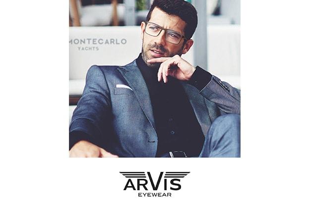 Mann im Anzug mit Arvis Eyewear Brille von Hartlauer