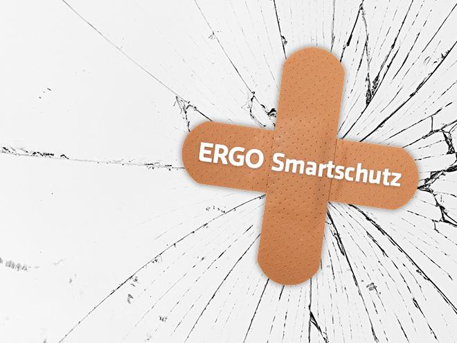 zwei Pflaster mit der Aufschrift ERGO Smartschutz kleben auf einem zerbrochenen Display