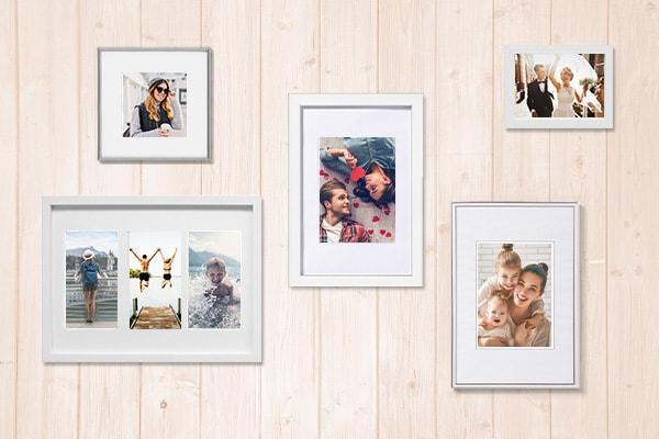 Bilderrahmen von Hartlauer in unterschiedlichen Formaten an einer Holzwand
