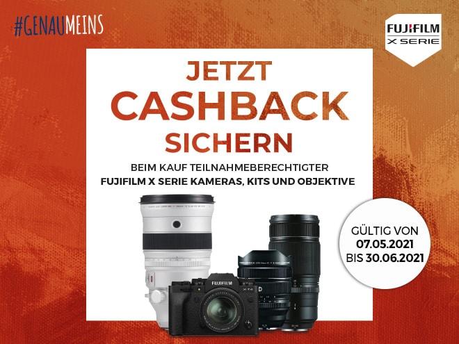 Fujifilm Kamera sowie drei Fujifilm Objektive samt Information über die Cashback Aktion vor orangem Hintergrund