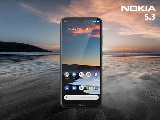 das Nokia 5.3 an einem weitläufigen Strand mit romantischem Sonnenuntergang und der gleichen Szene am Display