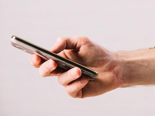 ein Smartphone mit Displayschutz in einer Hand