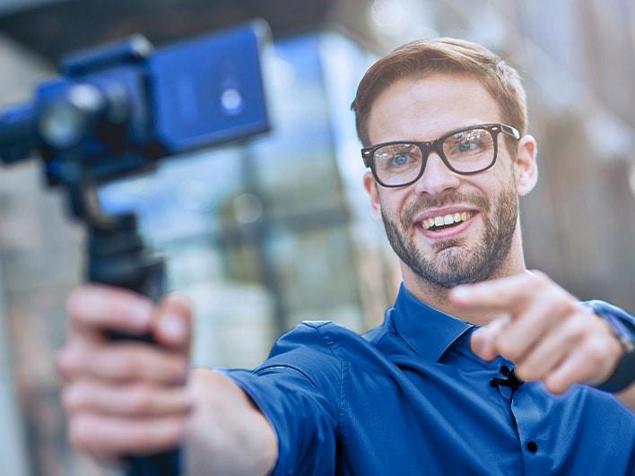 ein Mann macht ein Selfie mit einem Gimbal