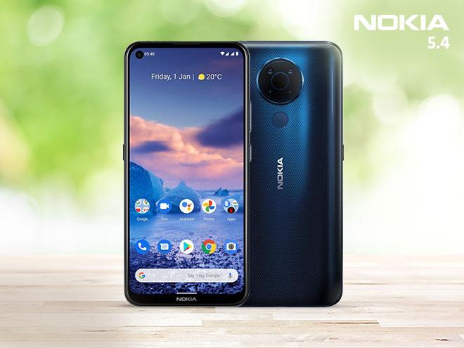 Vorder- und Rückansicht des Nokia 5.4 mit einem romantischen Wolkenhimmel am Display