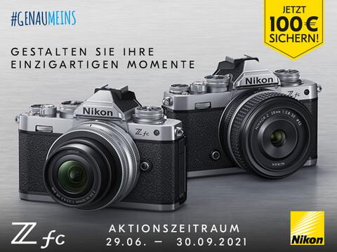 zwei Nikon Z fc Kameras auf grauem Hintergrund
