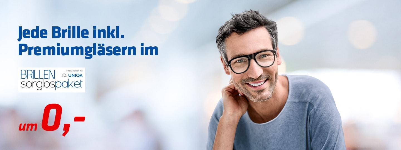 ein Mann mittleren Alters mit einer Gleitsichtbrille und dem Brillensorglospaket von Hartlauer