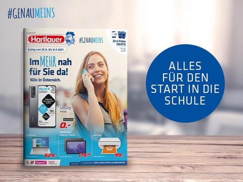 Hartlauer Flugblatt September-Ausgabe hochkant auf Holzoberfläche stehend vor verschwommenem Hintergrund