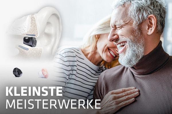 Querschnittmodell von Hörgerät im Gehörgang neben Paar mittleren Alters beim Weintrinken