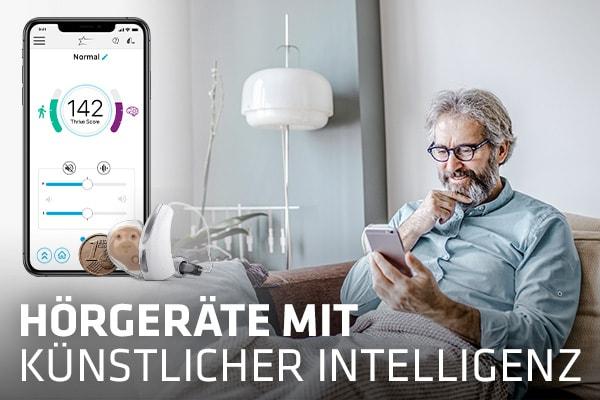 älterer Jogger neben Hörgerät mit künstlicher Intelligenz und Smartphone mit geöffneter Hörgeräte-App