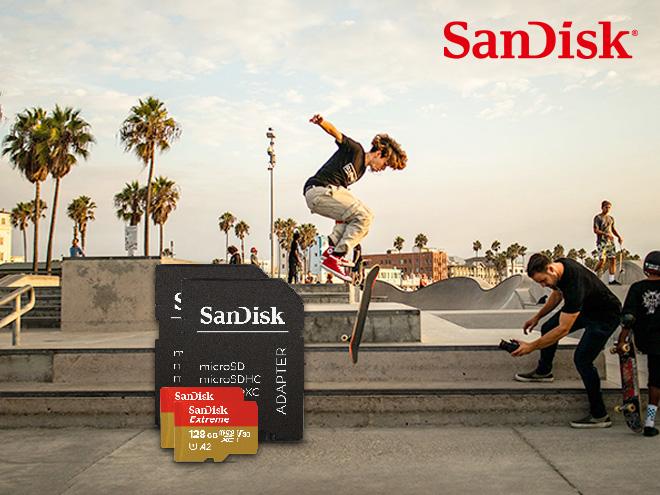 mehrere Jungs auf einem Skateplatz und zwei SanDisk Speicherkarten inmitten des Bildes