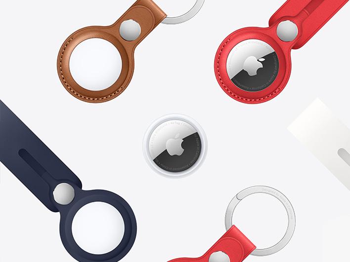 mehrere Apple AirTags mit verschiedenfarbigen Bändern und Schlüsselanhängern auf weißem Hintergrund