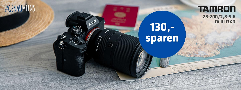 SONY Kamera mit Tamron-Objektiv auf Landkarte mit Reisepass im Hintergrund plus Aktionsinfo