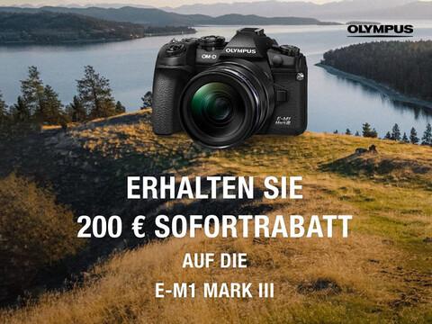 Olympus E-M1 MARK III vor Naturaufnahme mit See und Info zu 200 Euro Sofortrabatt-Aktion