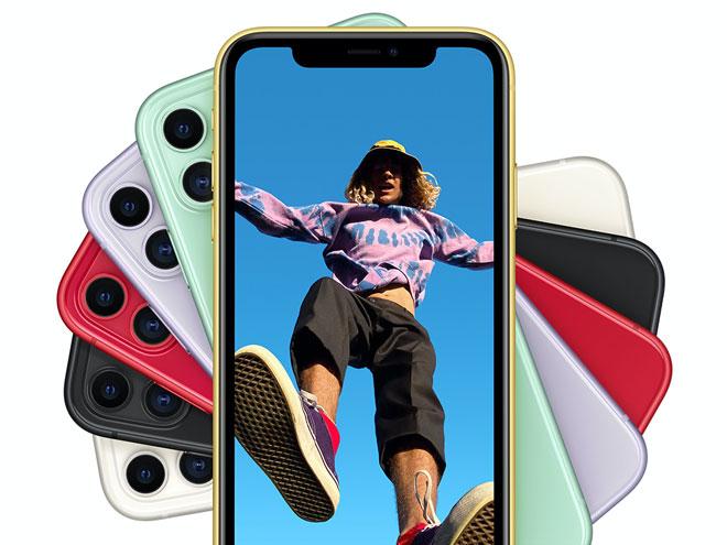 mehrere iPhone 11-Modelle in verschiedenen Farben und ein von unten fotografierter Mann am Display