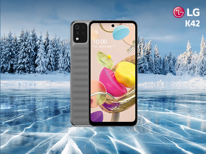das LG K42 mit hochwertigem Display und silbernem Gehäuse in winterlicher Umgebung