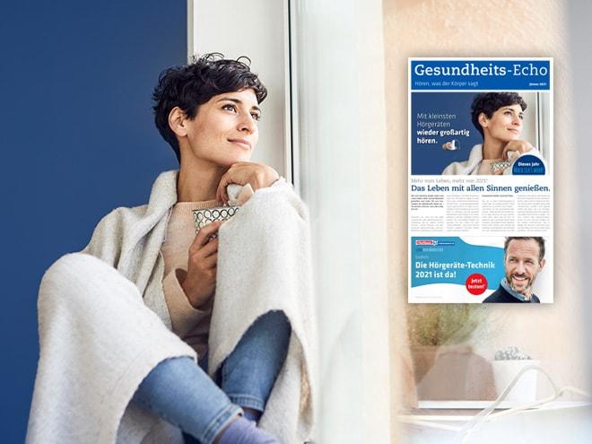 Frau sitzt gedankenversunken auf Fensterbank und blickt zu einer Ausgabe von Gesundheits-Echo