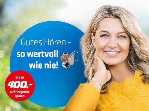 eine lächelnde Frau und ein Hörgerät in einem blauen Kreis vor einem verschwommenen Hintergrund