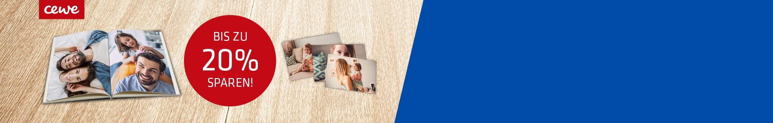 """""""aufgeklapptes CEWE Fotobuch mit Info zu 20-%-Aktion und drei Sofortfotos auf Holz-Hintergrund"""""""