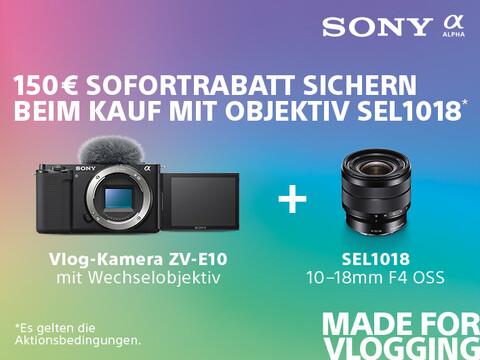 SONY ZV-E10 mit Wechselobjektiv plus Objektiv SEL1018 mit Infos zu 150,- Sofortrabattaktion vor Farbhintergrund