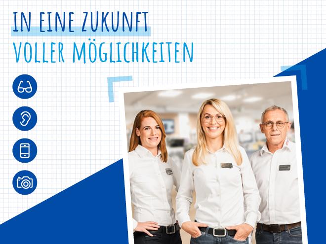 Drei Hartlauer Mitarbeiter in einem Verkaufsraum