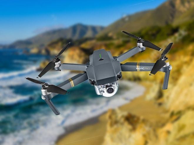 Drohne in der Luft vor einem Küstenabschnitt
