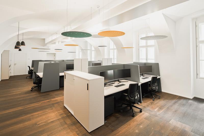 Helles Großraumbüro in modernem Look