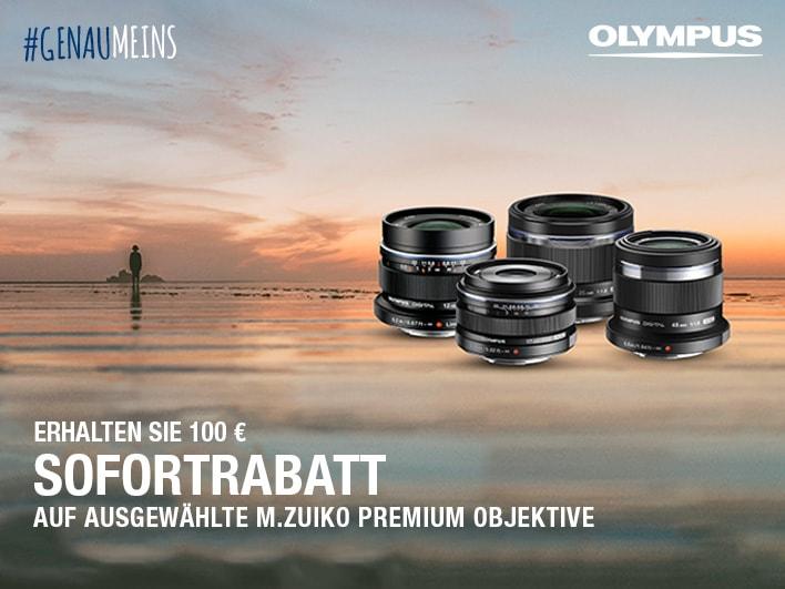 vier M. Zuiko Objektive von Olympus am Strand mit der Info zum Sofortrabatt