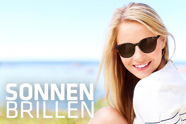 lächelnde Frau mit Hartlauer Brille vor verschwommenem Meereshintergrund