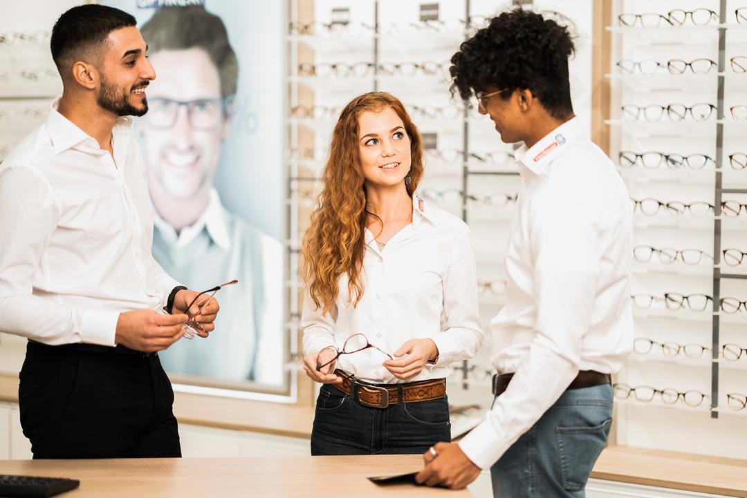 Augenoptiker mit Brillen