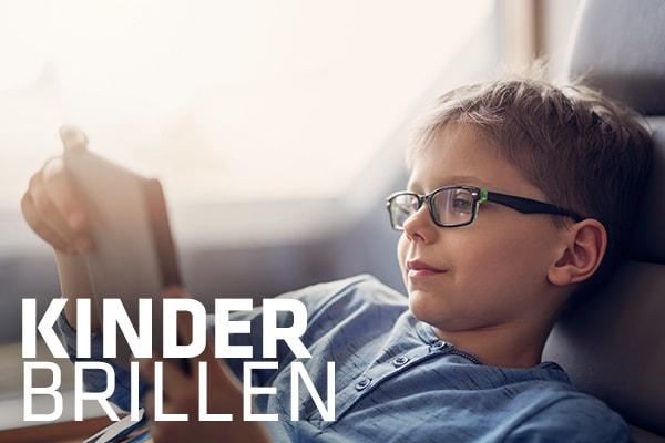 kleiner Junge mit Hartlauer Kinderbrille entspannt beim Lesen