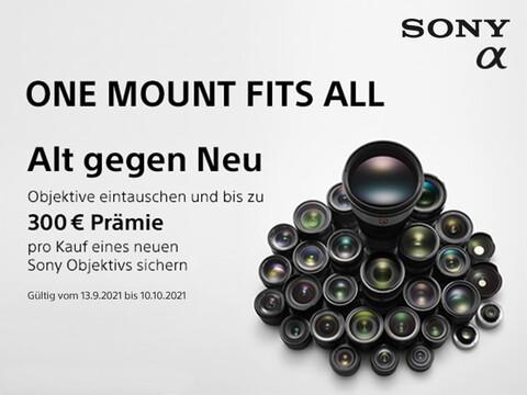 eine Vielzahl an Sony Objektiven zu einem Berg gestapelt auf weißem Hintergrund und Infos zur Eintauschaktion