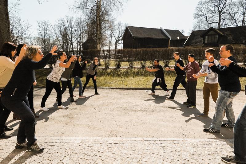 Menschen bei einer Gruppenübung im Freien