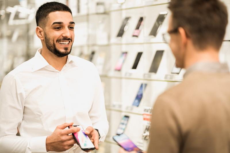 Mitarbeiter berät Kunde zu Smartphones