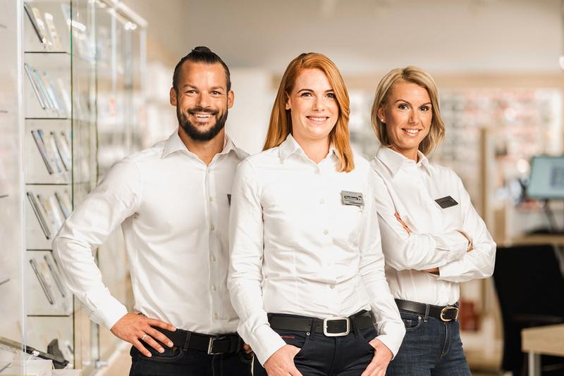 Drei Hartlauer Mitarbeiter im Verkaufsraum