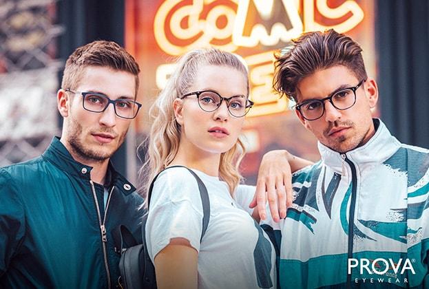 drei junge Erwachsene mit Prova Eyewear Brillen von Hartlauer
