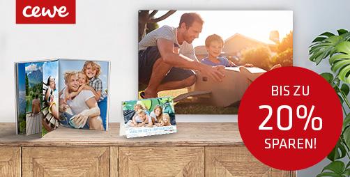 diverse CEWE Produkte wie Fotobuch und Wandbild auf Kommode vor weißer Wand samt Hinweis auf Vatertags-Aktion
