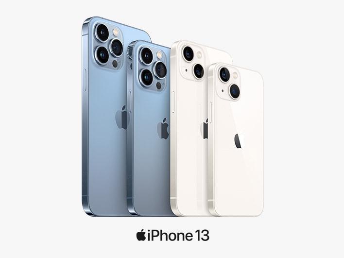 4 iPhones 13 in Blau und Polarstern (Weiß) in verschiedenen Größen schräg gestaffelt vor weißem Hintergrund