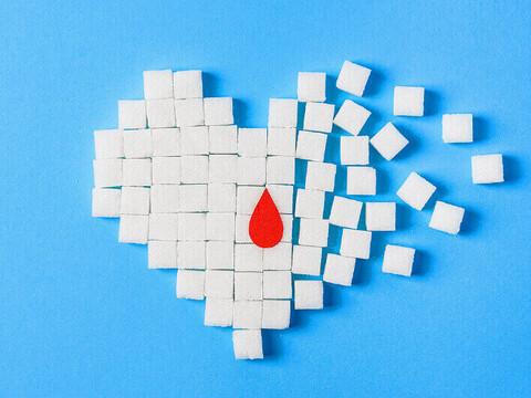 ein Herz aus Zuckerstücken auf blauem Hintergrund