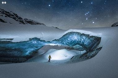 Mann in nächtlicher Schnee- und Eislandschaft
