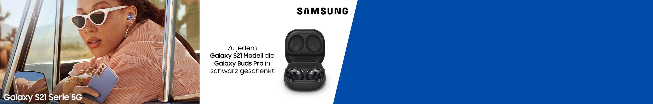 """""""Frau mit Sonnenbrille und Samsung Galaxy S21 in der Hand sowie Galaxy Pro Buds im Auto und Hinweis zur Aktion"""""""