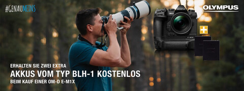 ein Mann fotografiert im Wald mit einer Olympus Kamera von Hartlauer sowie die Olympus OM-D E-M1X als Freisteller