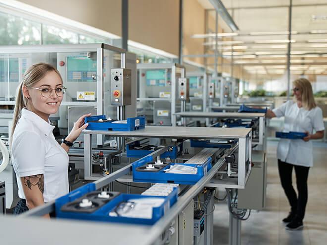 zwei Hartlauer Mitarbeiterinnen bei der Brillenfertigung in Steyr
