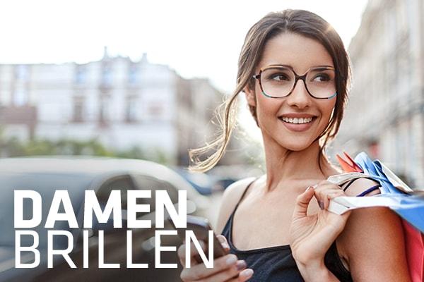 lächelnde Dame mit Hartlauer Brille trägt Einkaufstüten und hält ein Smartphone in der Hand