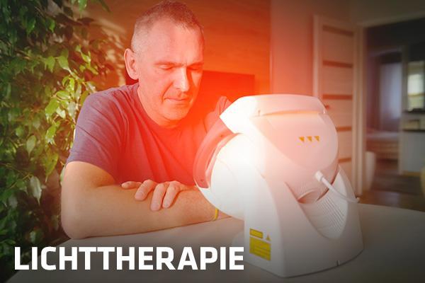 ein Mann führt zuhause eine Lichttherapie mit einem Gerät von Hartlauer durch